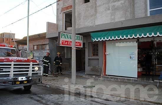 Incendio en horno de panadería afectó parte del techo