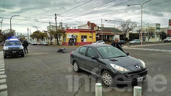 Motociclista herida en choque con auto