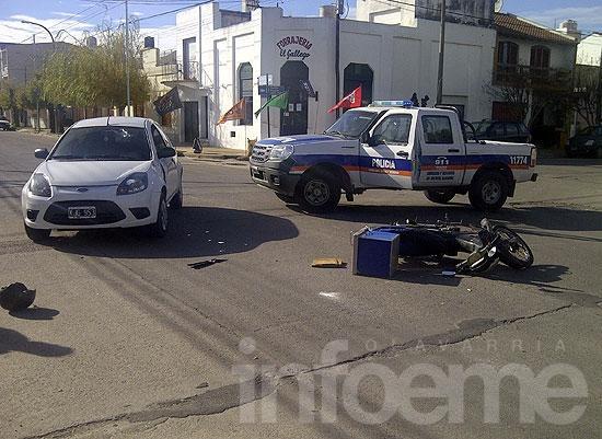 Motomandado herido en choque con automóvil