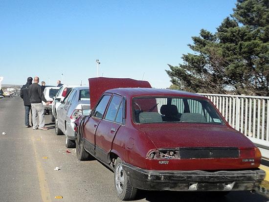 Chocan en cadena cinco autos en el puente de Av. Colón