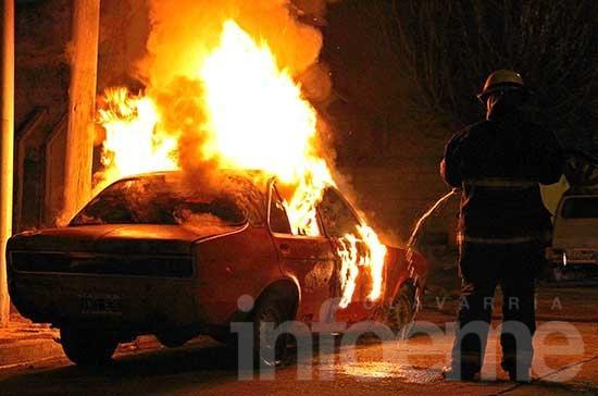 Incendian un auto en Pueblo Nuevo