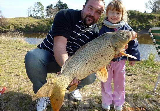 Pescó una carpa casi tan grande como su hija