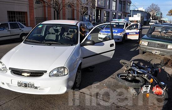 Chocó con su moto a un auto que intentaba estacionar