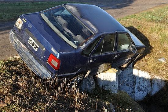 En la cornisa: su auto casi cae a una zanja