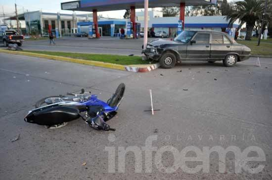 Violento choque entre un auto y una moto