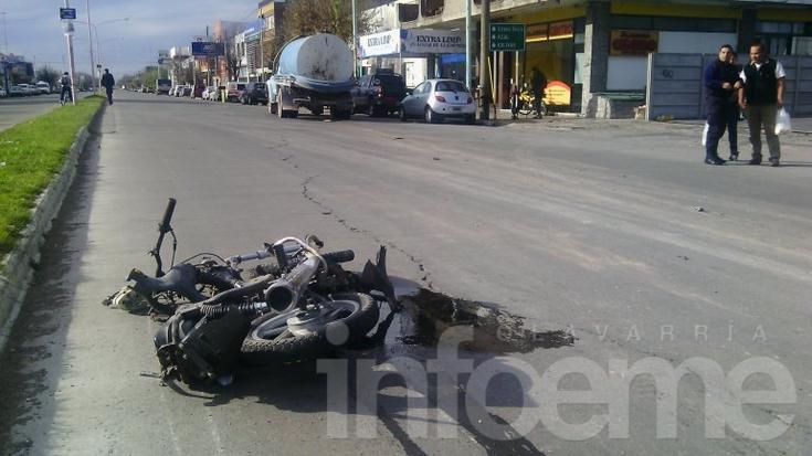 Dos heridos en violento accidente entre una moto y un camión atmosférico