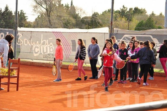 Alrededor de 80 niñas participaron de la primera actividad de tenis social