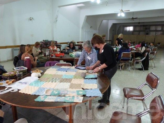 """Tejer para ayudar: Más de 30 frazadas en el """"Tejetón solidario"""""""