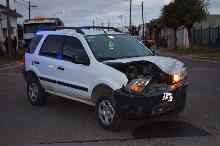 Un remis y una camioneta chocaron en Barrio Sarmiento