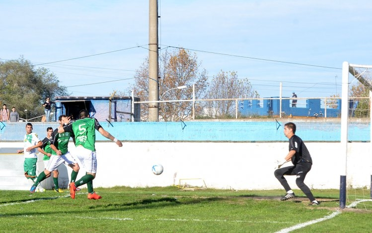 Racing igualó en su debut como local