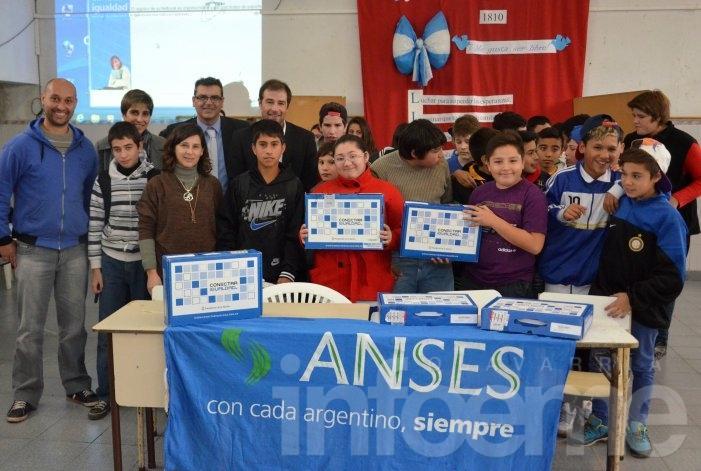 Más de cien estudiantes recibieron netbooks