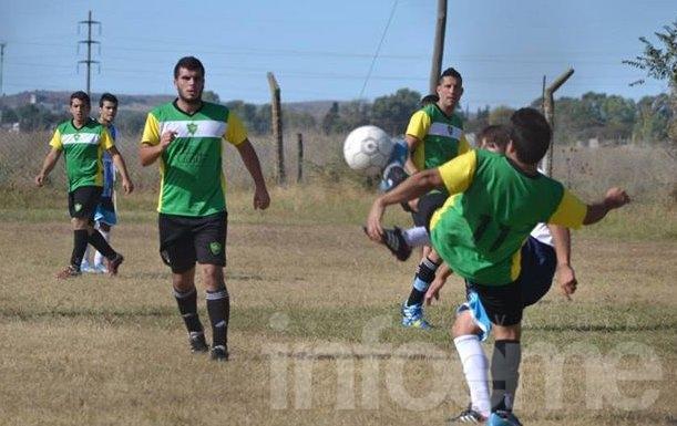 Mariano Moreno goleó a Villa Floresta y achicó la diferencia