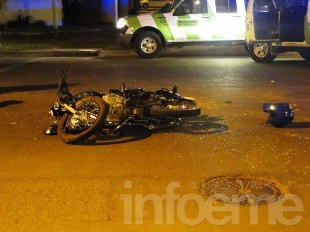 Fuerte choque entre un auto y una motocicleta