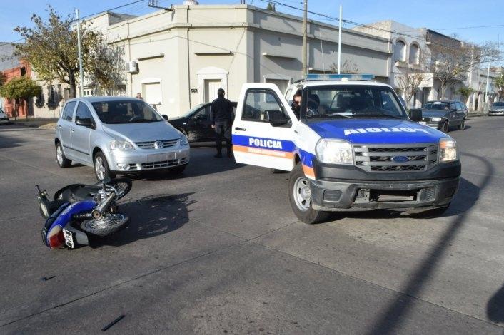 Una mujer herida en choque entre moto y auto