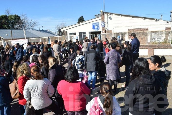 Padres protestan en la Escuela Nº49 y piden soluciones por el amianto