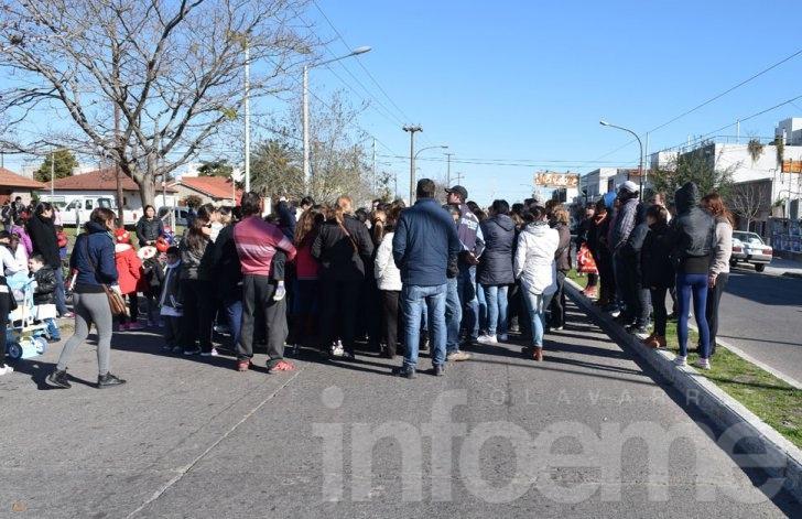 Suspendieron las clases en la Escuela Nº 49 y padres cortaron la avenida Urquiza