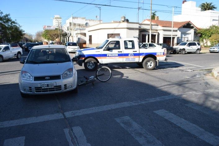 Un auto y una bicicleta chocaron en el centro