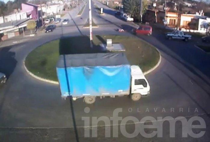 Insólito accidente en una rotonda quedó filmado