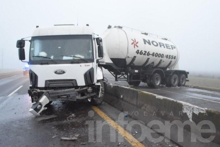 Impactante accidente en la autovía  Azul-Olavarría, un camión cortó el tránsito