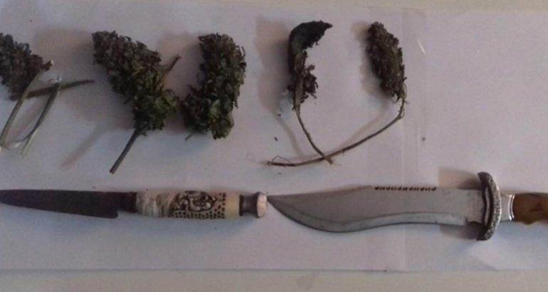 Iban con cuchillos y marihuana: los apresaron