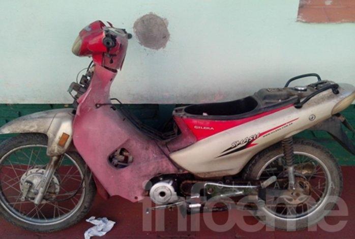 Recuperan moto robada: la escondían tras un arbusto