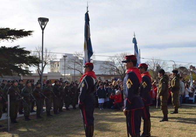 """Día de la Bandera: Municipio destacó el """"trabajo solidario"""" del Regimiento"""