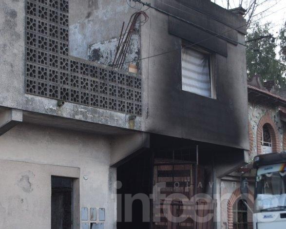 Voraz incendio en una chatarrería: alcanzó a un departamento