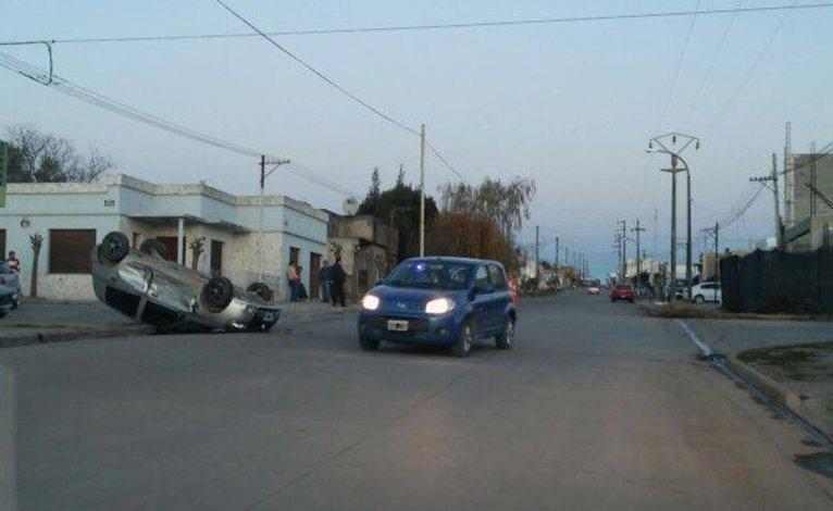 Violento choque en Sierras Bayas: un auto terminó volcado