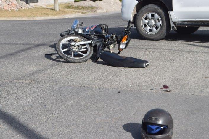 Motociclista adolescente con heridas graves tras chocar con un micro