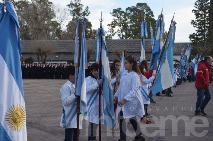 El momento de la jura a la bandera de los estudiantes