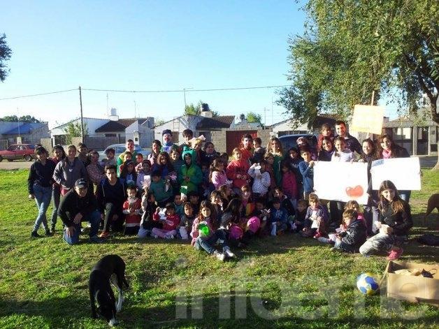 Jóvenes solidarios en el barrio Trabajadores