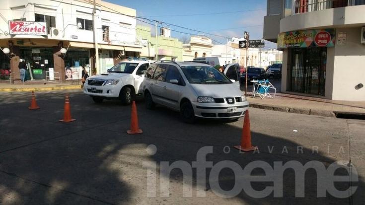Mujer herida al ser embestida por un auto