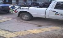 Quejas por una camioneta municipal mal estacionada