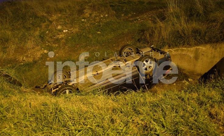 Un vehículo despistó y terminó volcado en una zanja