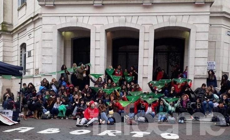 """Con gran presencia de estudiantes, el debate se ve en el Paseo """"Jesús Mendía"""""""