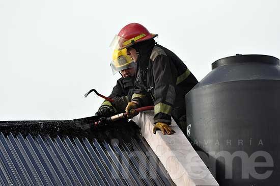 Un incendio afectó el primer piso de una vivienda