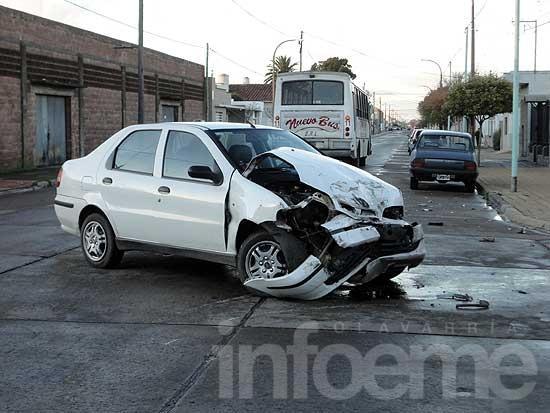 Violento accidente entre un micro y un remís