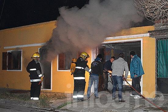 Incendio provocó daños  totales en la habitación de una vivienda