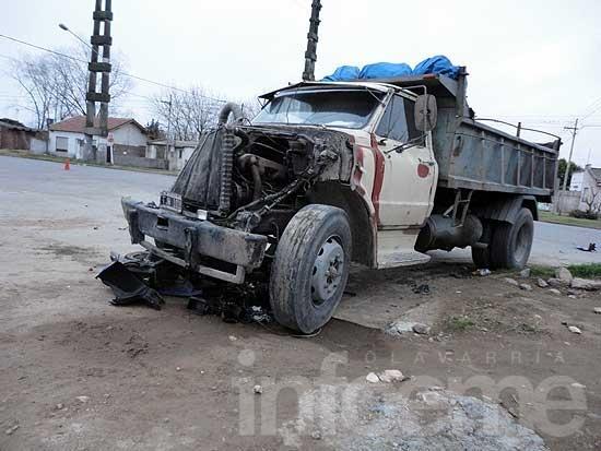 Un camión embistió a un joven motociclista