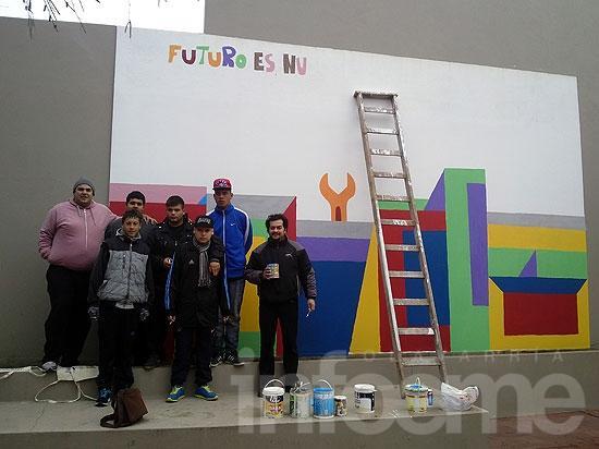 Integrantes del Centro de Día Municipal N°8 pintan mural en el Concejo Deliberante