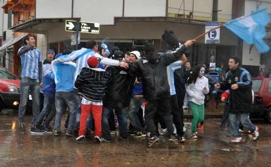 Olavarría festejó bajo la lluvia el pase a semis de la selección