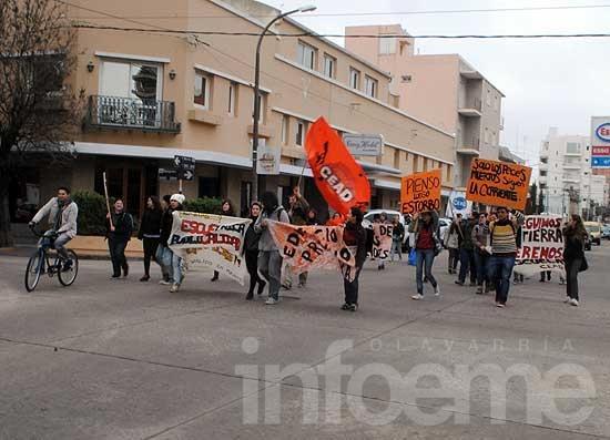 Estudiantes de Artes Visuales marcharon por el nuevo edificio