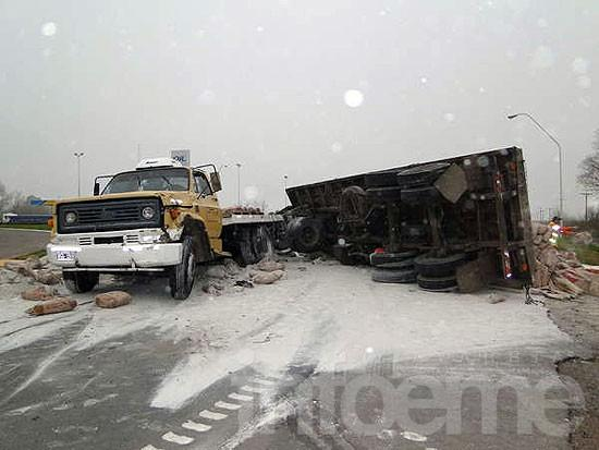 Un camión volcó en el ingreso a Azul