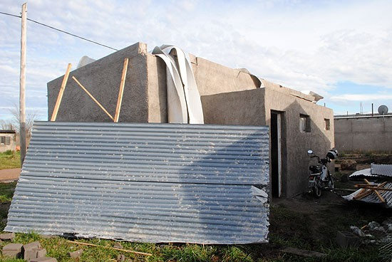 Ráfagas de viento de 70km/hora provocan daños y apagones