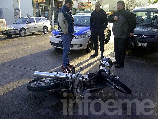 Se le cruzó un perro y cayó de su motocicleta