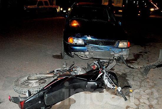 Motociclista herido en choque con un auto