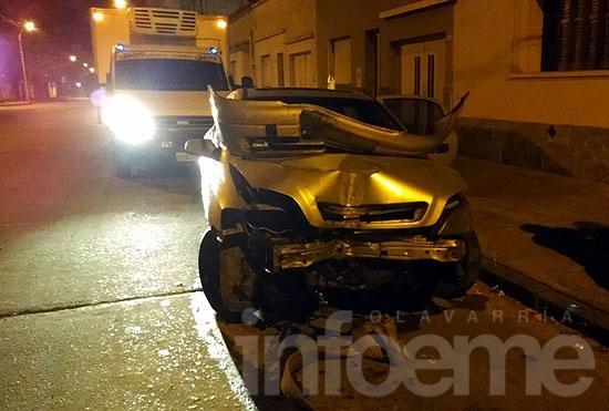 Un auto chocó violentamente contra una columna durante la madrugada