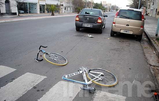 Partió su bici en dos al chocar contra un auto