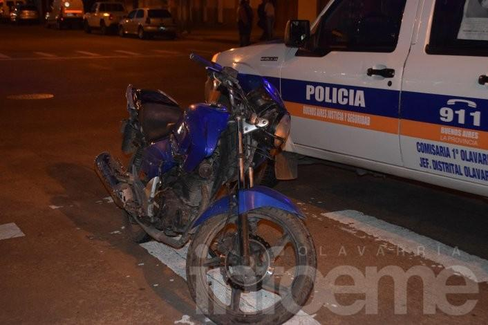 Choque auto-moto: dos heridos