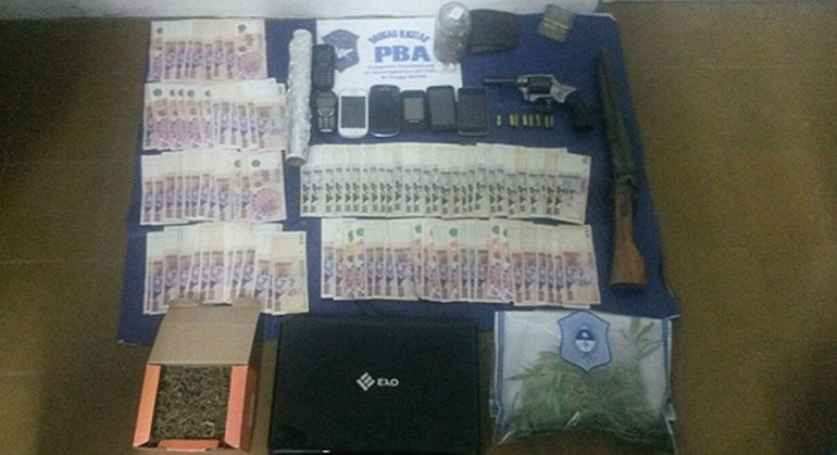 Secuestran droga, dinero y armas en allanamiento